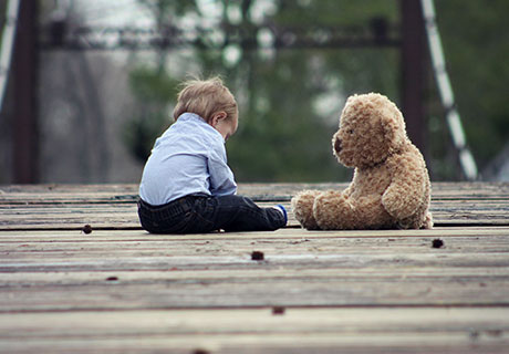 postimage ParentAdvocateInformsFamiliesAboutSafeOutdoorPlaySpaces kidwithbear - Parent Advocate Informs Families About Safe Outdoor Play Spaces